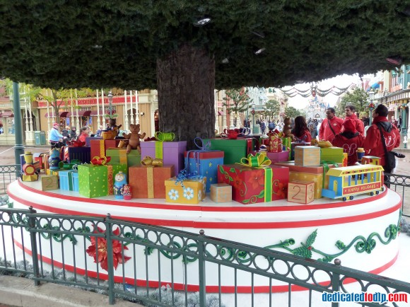 Presents Under The New Christmas Tree in Disneyland Paris For 2013