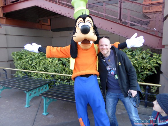 Posing with Goofy in Disneyland Paris