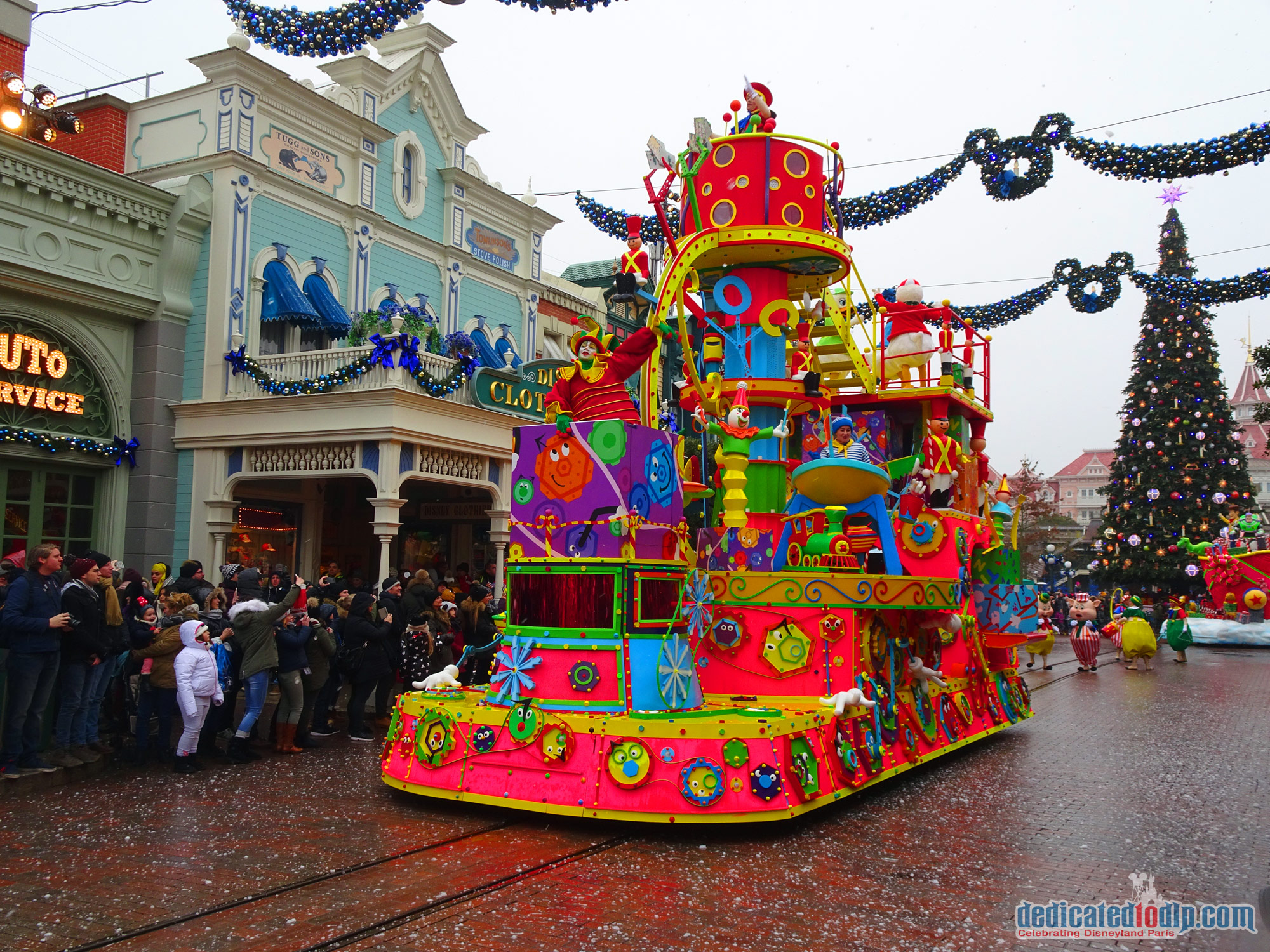 disneys christmas parade disneys enchanted christmas 2018 in disneyland paris - When Does Disneyland Decorate For Christmas 2018