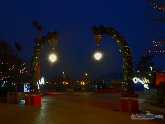 An Early Morning Photo Walk from Hotel Cheyenne to Disneyland Park in Disneyland Paris - Disney Village Christmas Arch