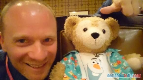 Meeting Duffy Bear at the Frozen Summer Fun Dinner in Disneyland Paris